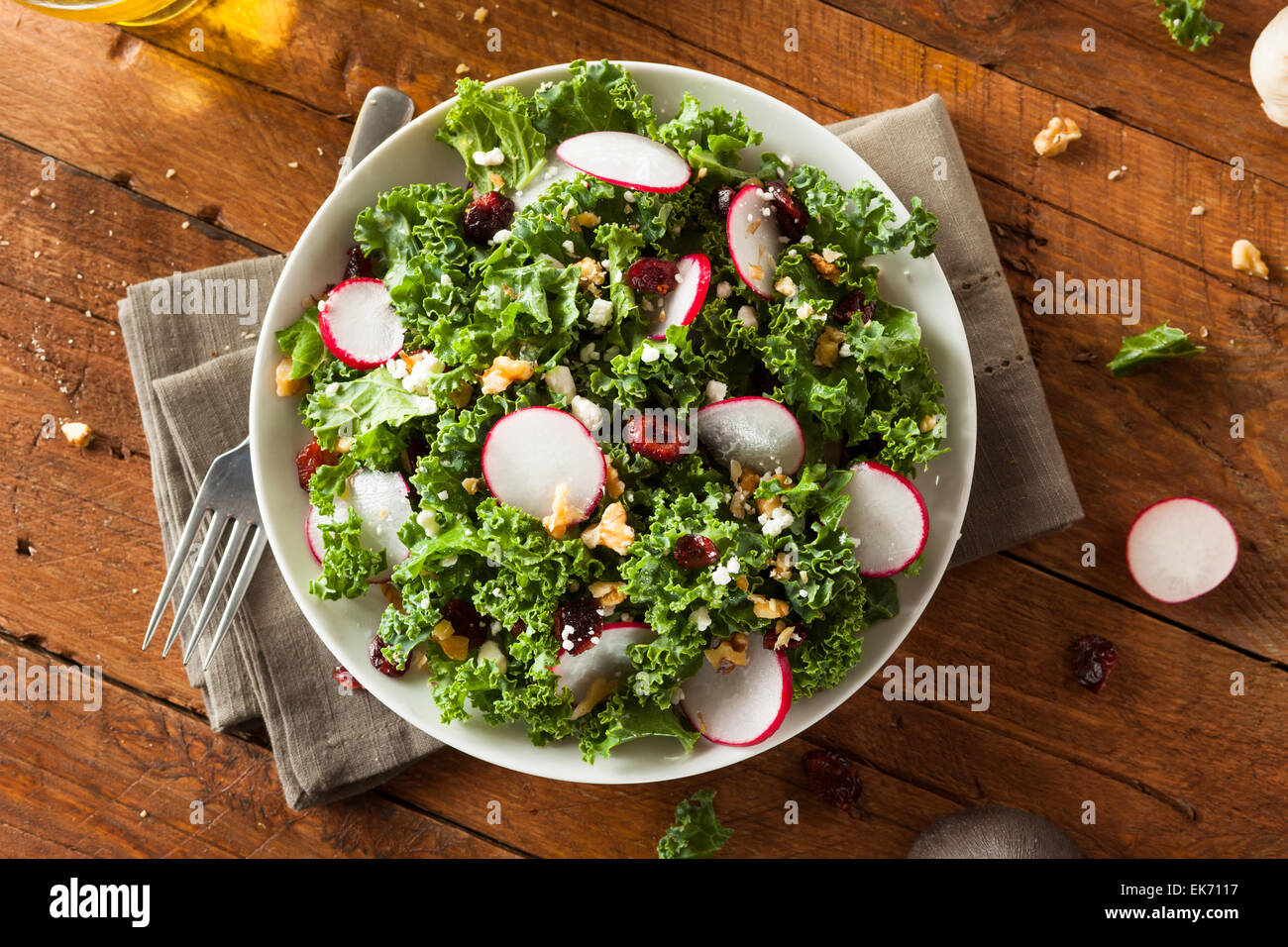 Gesunde Rohstoffe Kale und Cranberry-Salat mit Käse und Nüssen Stockbild