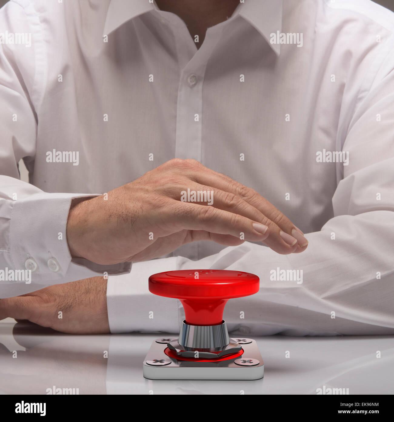 Hand drücken der Notruftaste, weißes Hemd und Reflexion. Symbol der Dringlichkeit und Problemlösung Stockbild