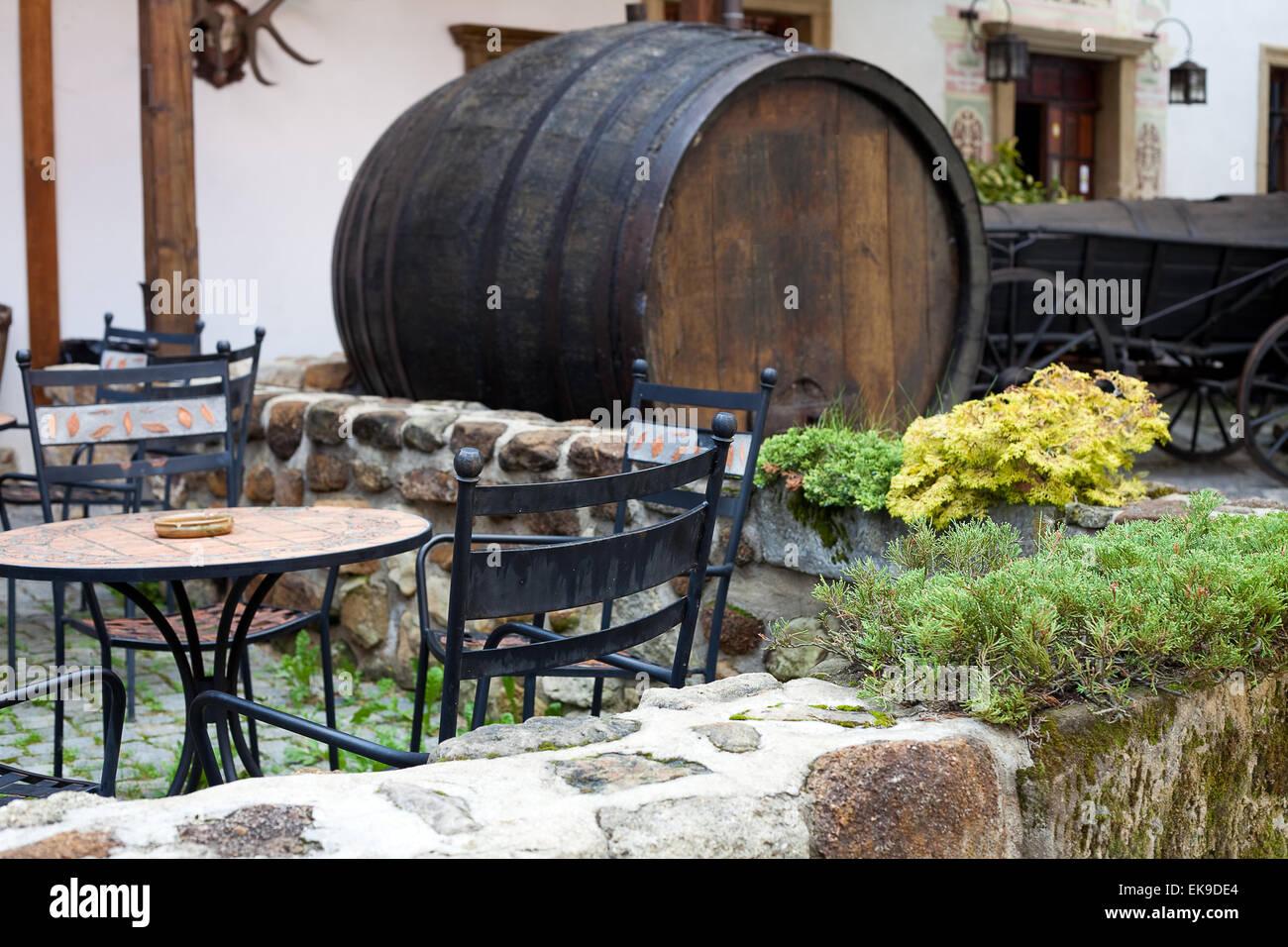Schmiedeeisen Möbel-Café und ein großes Bierfass Stockfoto, Bild ...