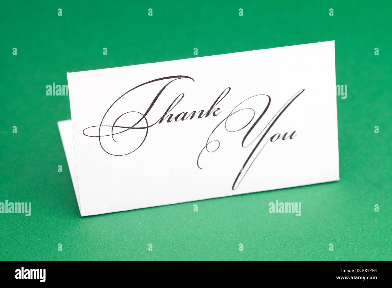 Karte unterschreiben danke auf grünem Hintergrund Stockfoto