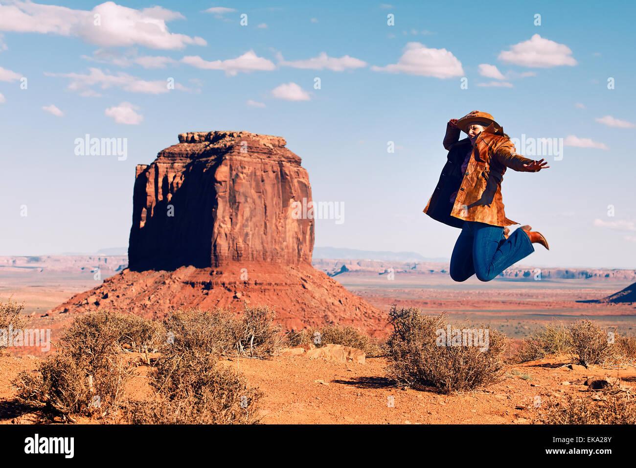 springen im Monument Valley Stockbild
