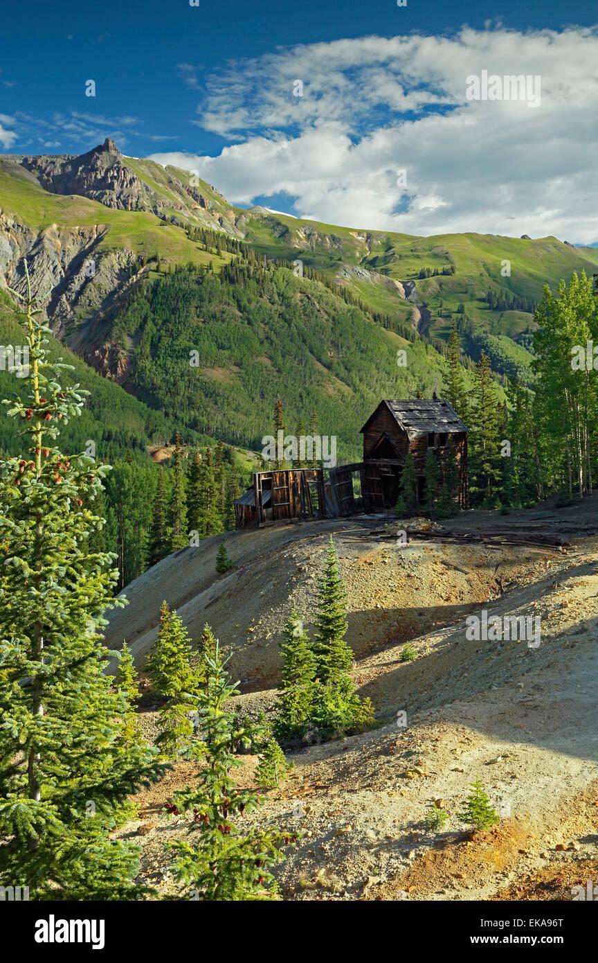 Cora Bell Mine Ruinen und die umliegenden Berge, in der Nähe von Ouray, Colorado USA Stockbild