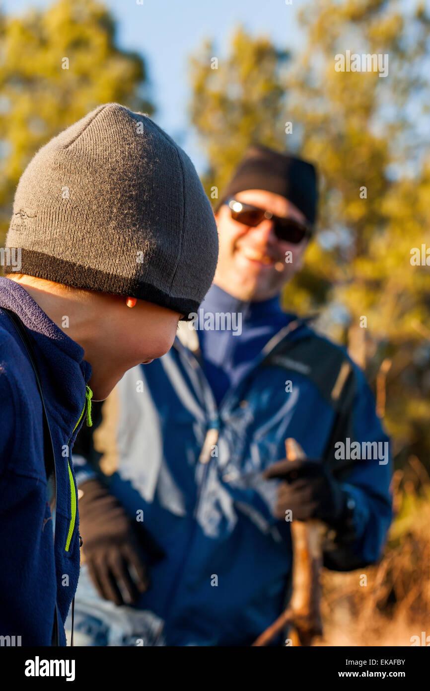 Vater und Sohn wandern im Feld Stockbild