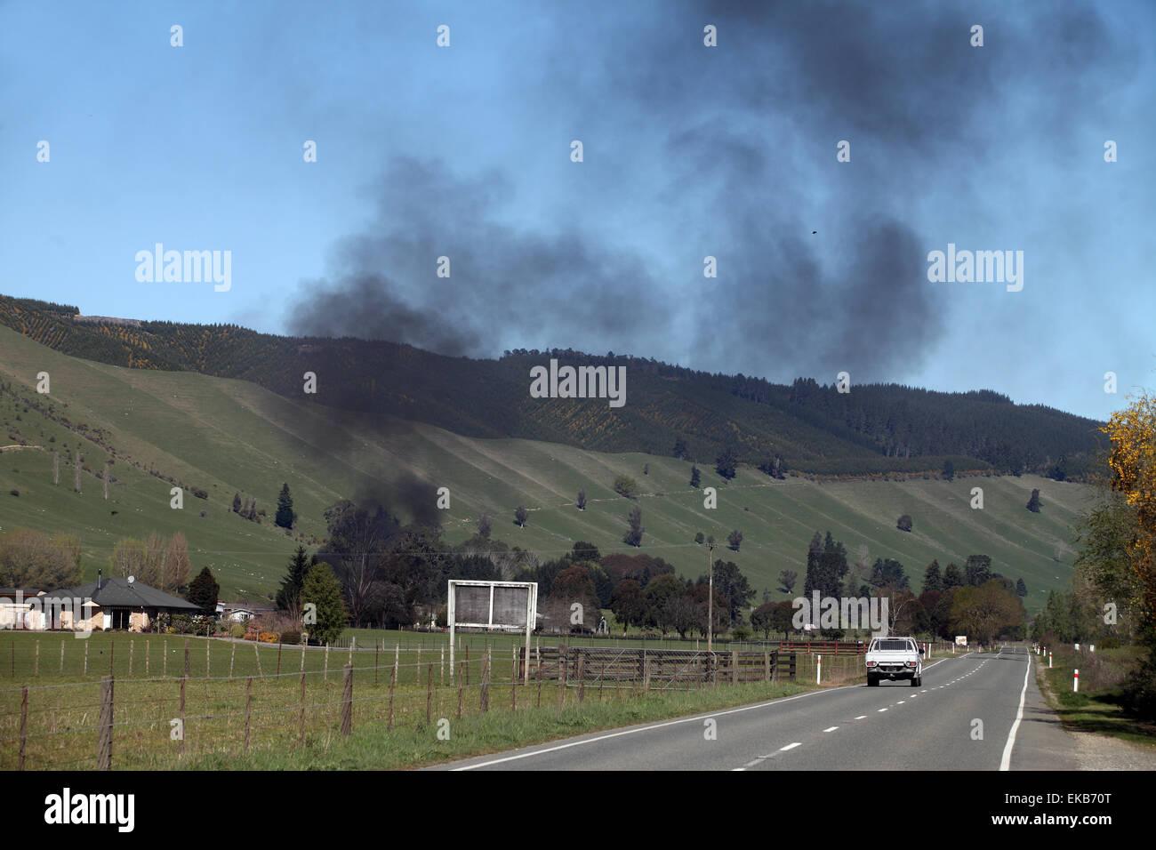 Feuer auf Bauernhof in Tapawera, Neuseeland Stockbild