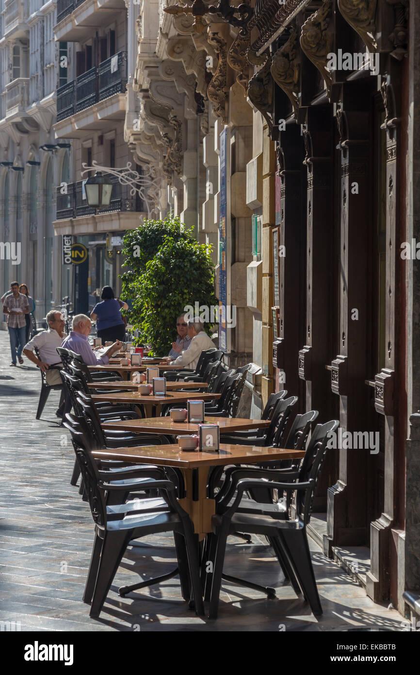 Männer sitzen im Café-Tischen in der Hauptstraße, Cartagena, Murcia Region, Spanien, Europa Stockbild