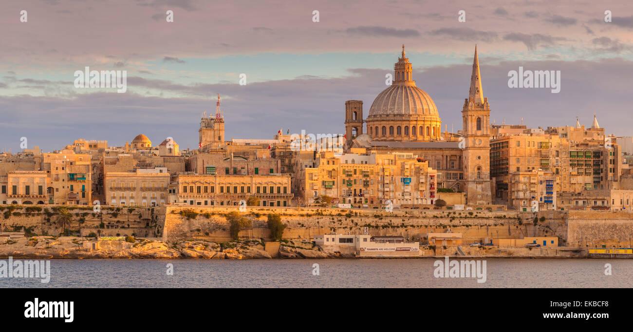 Valletta Skyline Panorama bei Sonnenuntergang mit der Kuppel der Karmeliterkirche und St. Pauls anglikanische Kathedrale, Stockbild