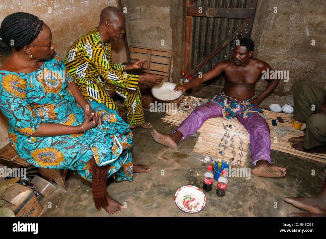Paar Besuch einer Wahrsagerin in Ouidah, Benin, Westafrika, Afrika Stockbild