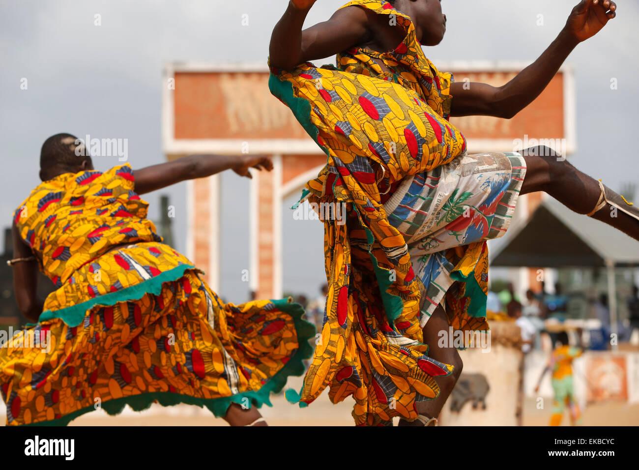 Anhänger der Sag Bata der Voodoo-Gott von Tod, Krankheit und Seuchen, tanzen auf dem Ouidah Voodoo-Festival, Stockbild