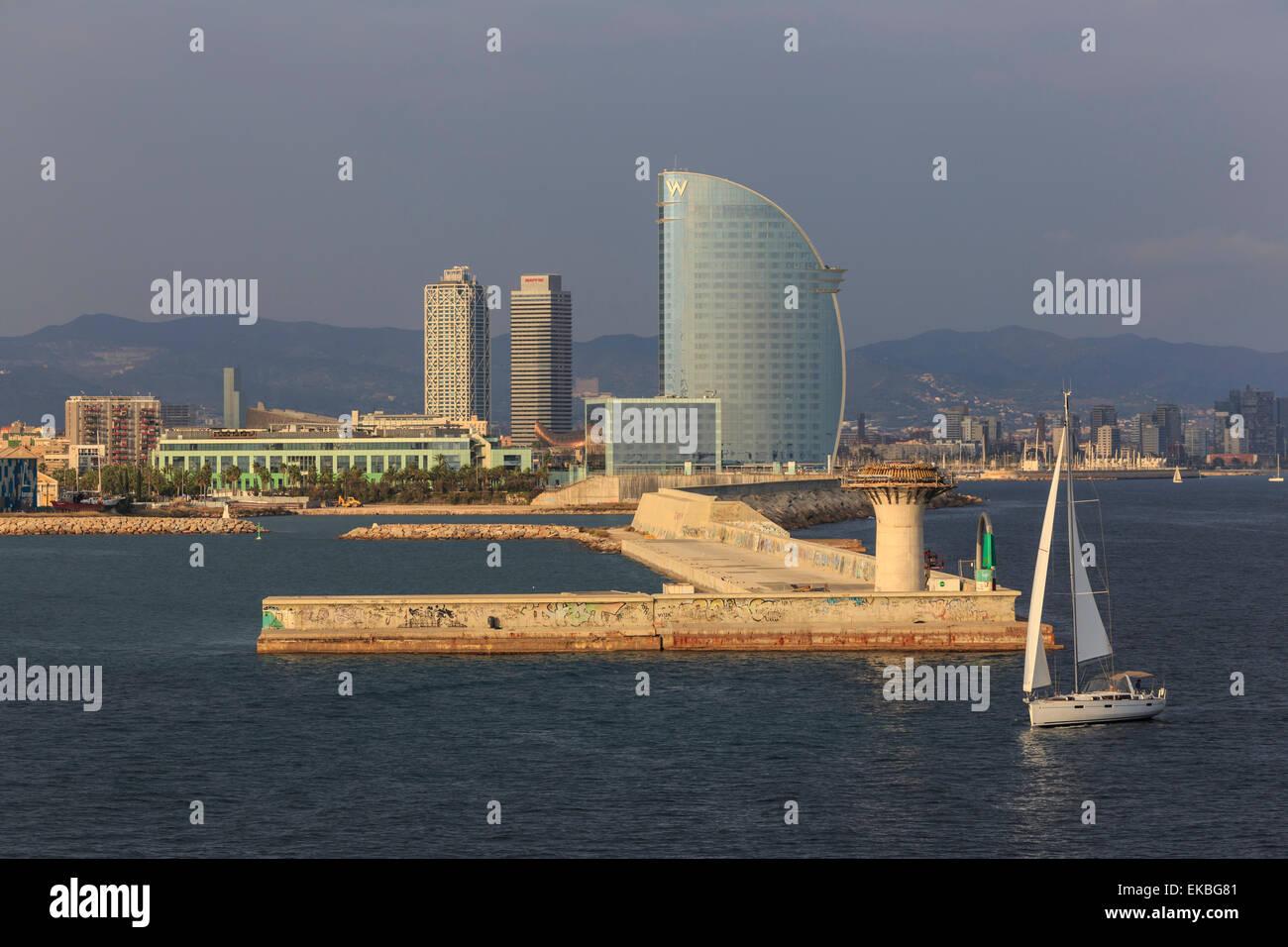 Yacht segelt seit La Barceloneta und den Hafen, Port Olimpic in Ferne, am späten Nachmittag, Barcelona, Katalonien, Stockbild