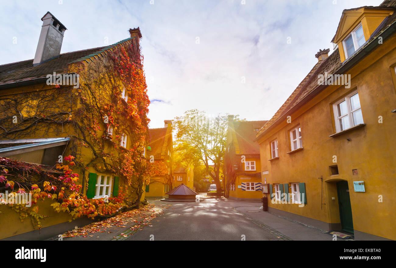 Fuggerei, Augsburg, Bayern, Deutschland Stockbild