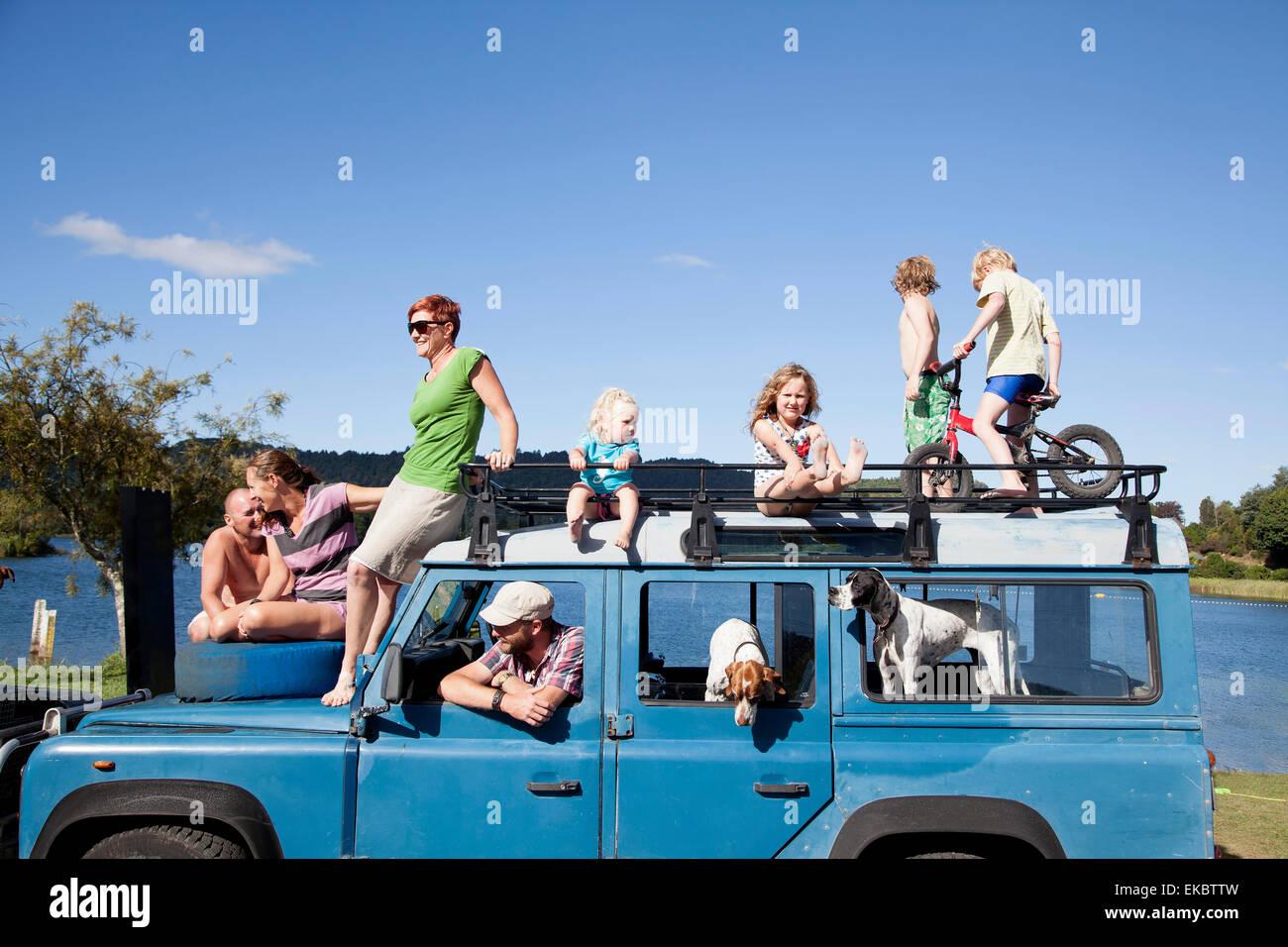 Freunde der Familie oben auf Geländewagen, Lake Okareka, Neuseeland Stockbild