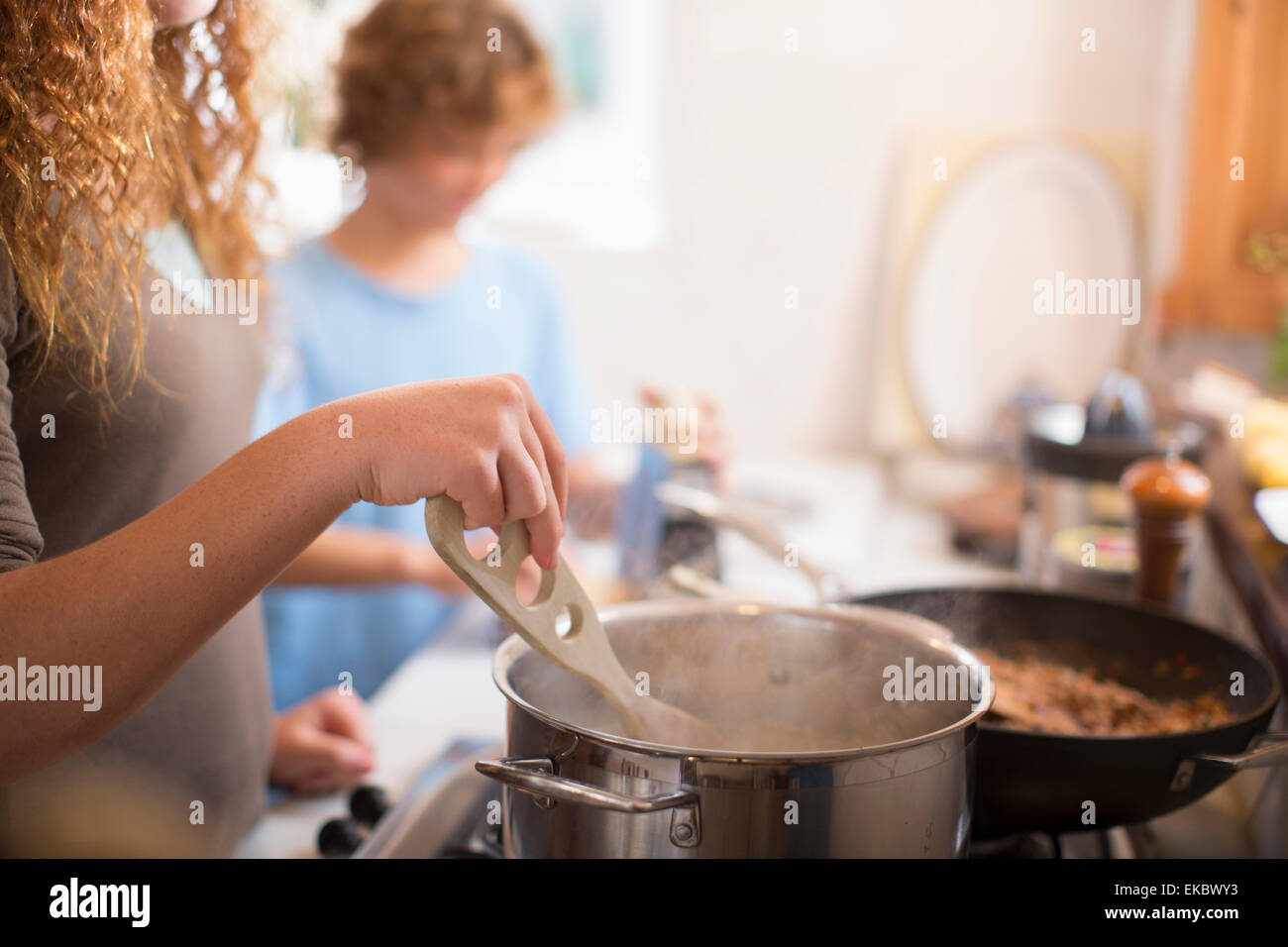 Geschwister in Küche Stockbild