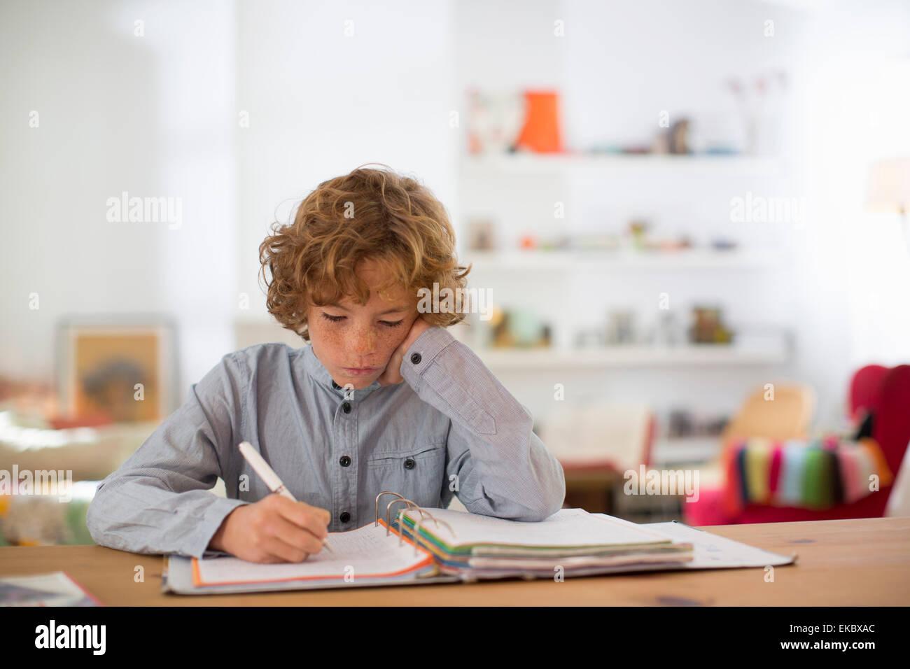 Teenager-Jungen studieren und Schreiben von Notizen Stockbild