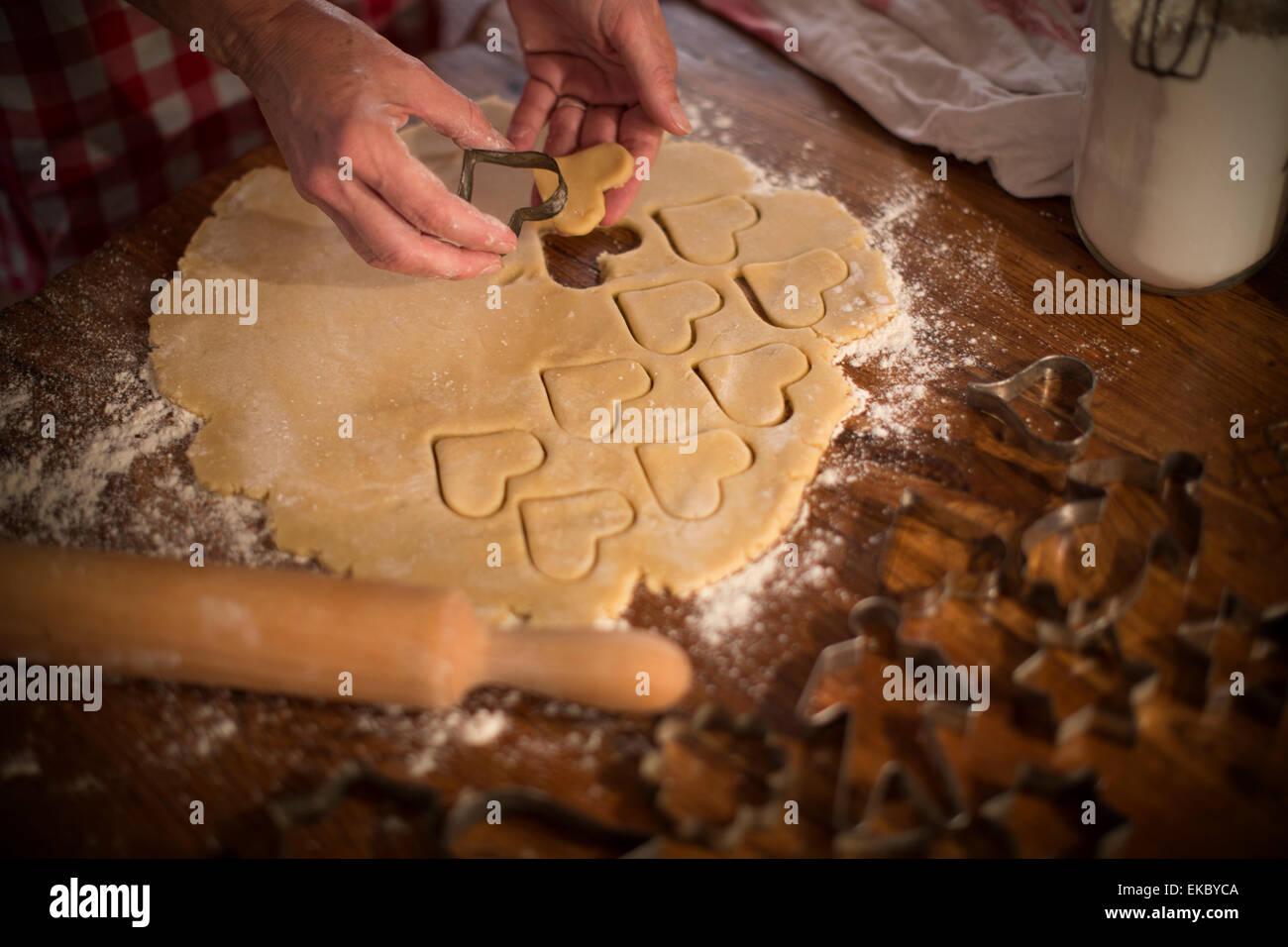 Schnittformen im Teig, hausgemachte Kekse zu machen Stockbild