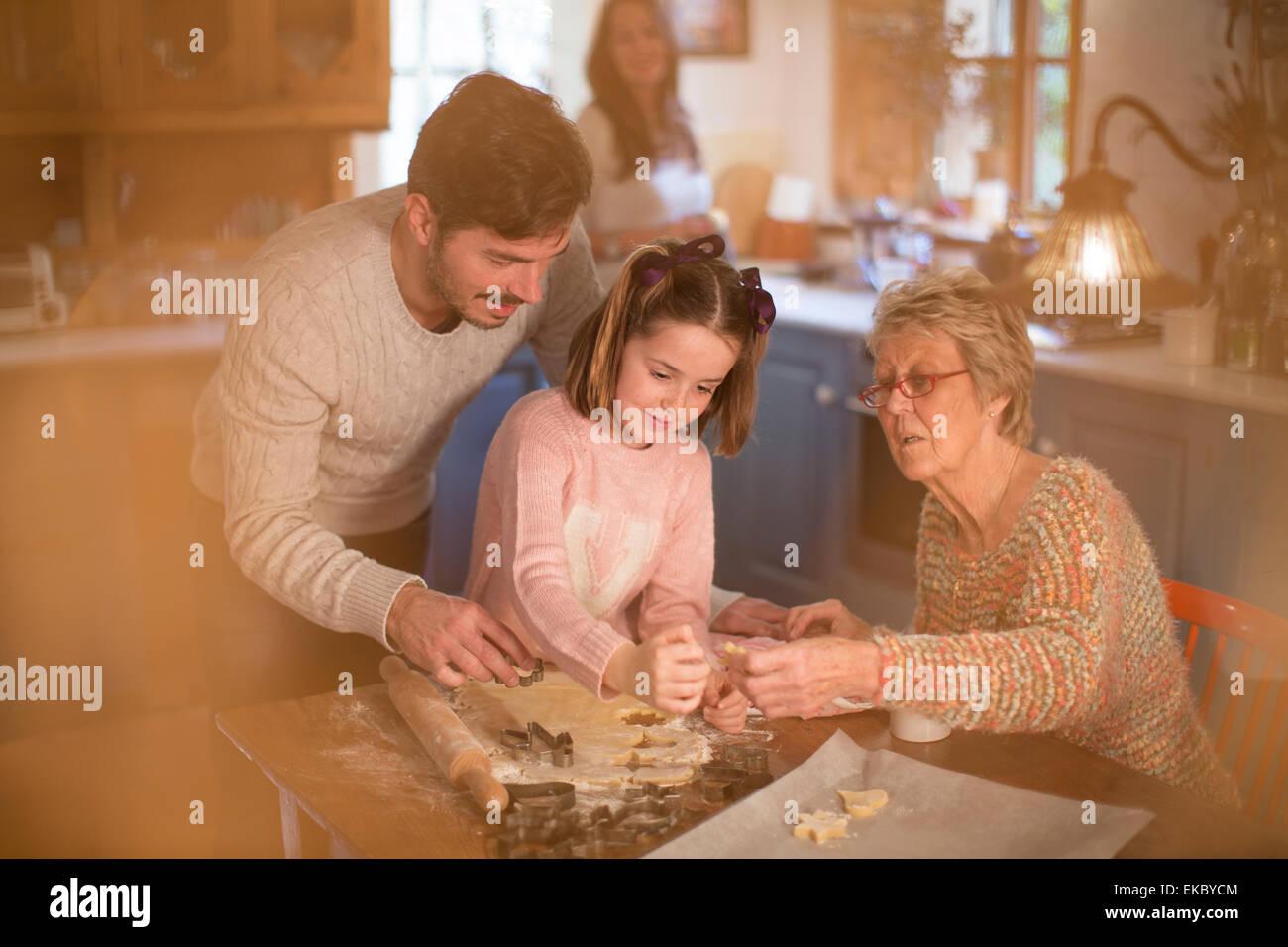 Drei Generationen Familie Schnittformen im Teig, hausgemachte Kekse zu machen Stockbild