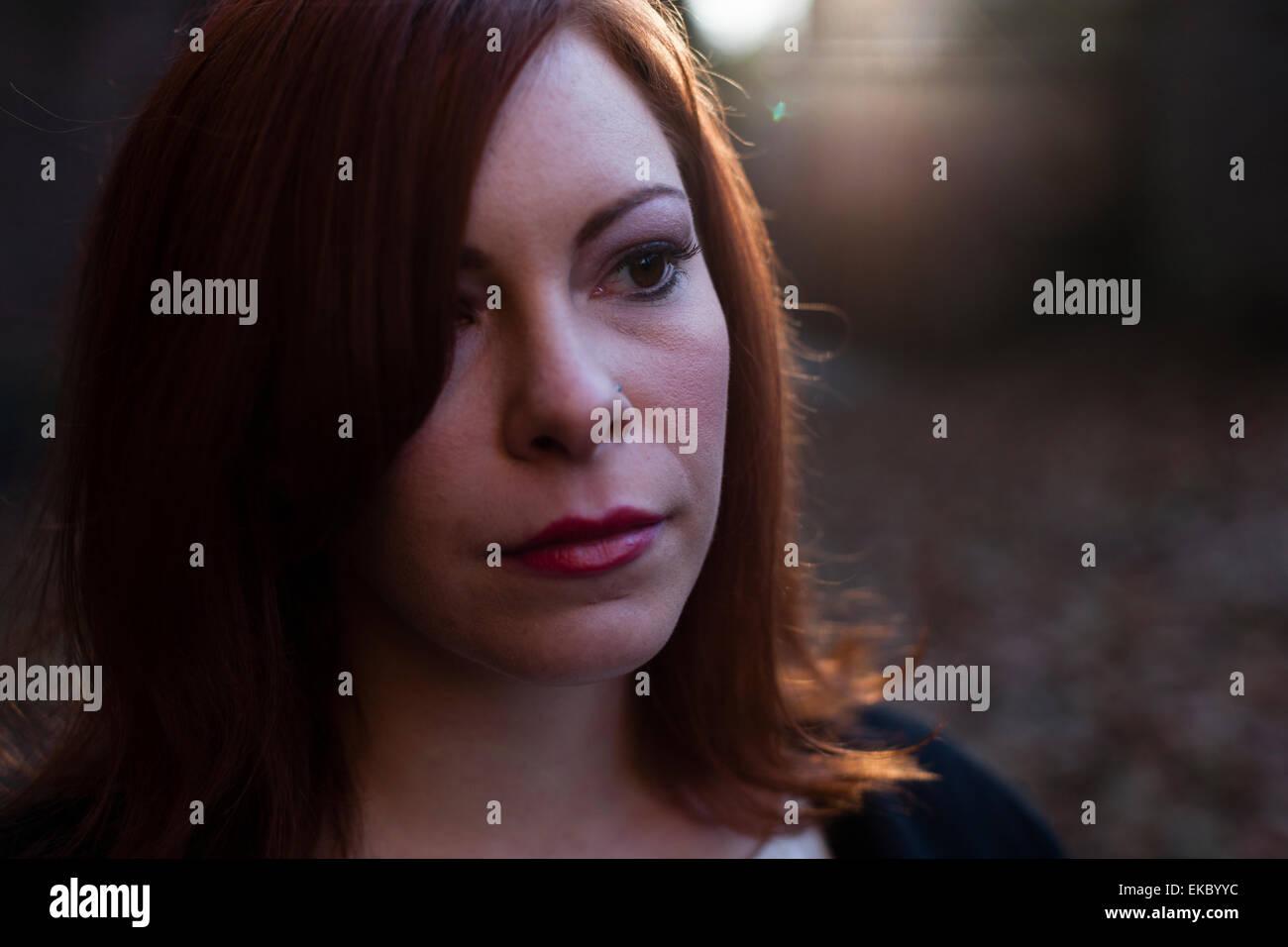 Porträt von Mitte erwachsenen Frau, die auf der Suche entfernt, im freien Stockfoto