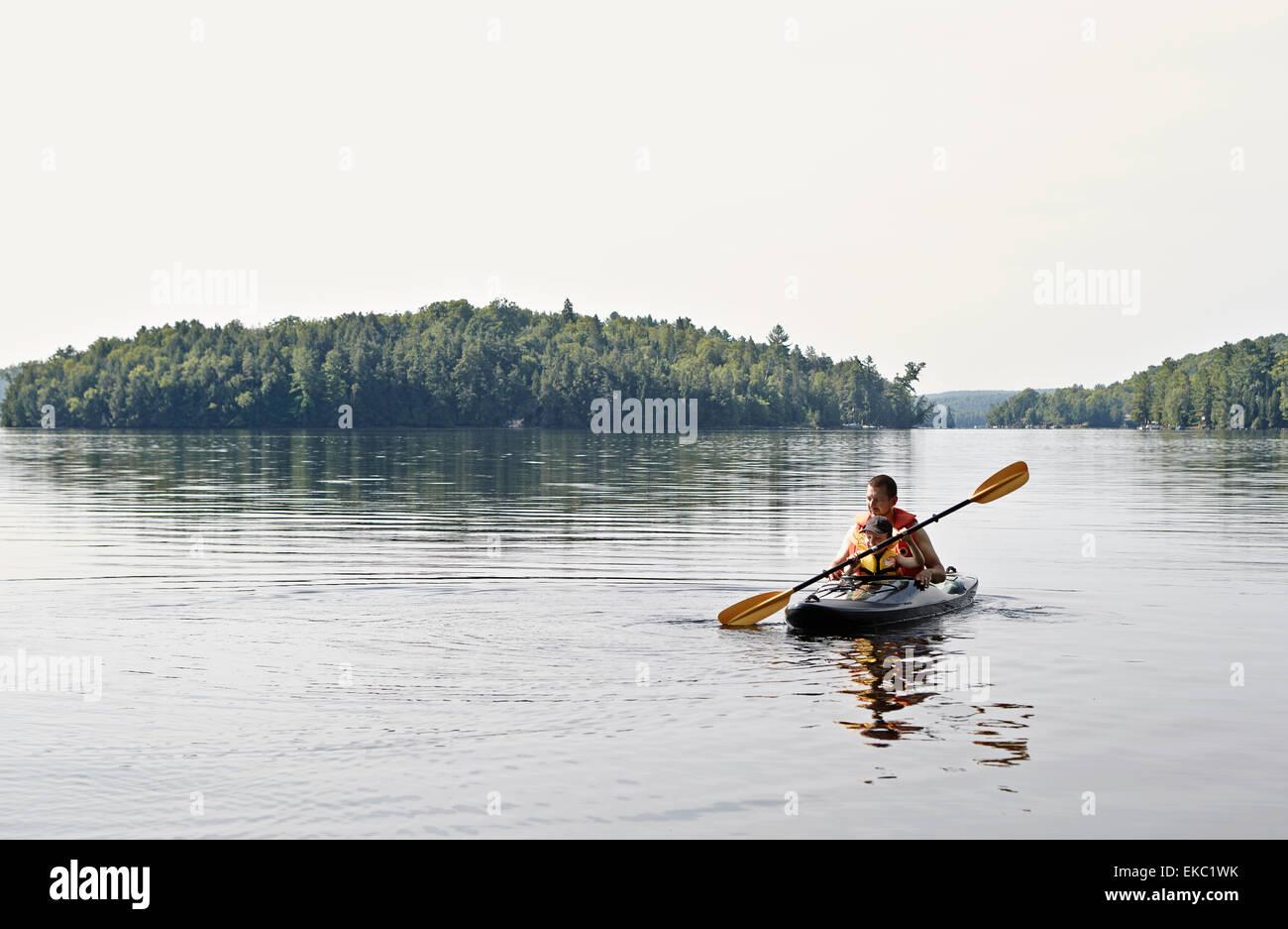 Vater und Sohn Kajak auf See, Ontario, Kanada Stockbild
