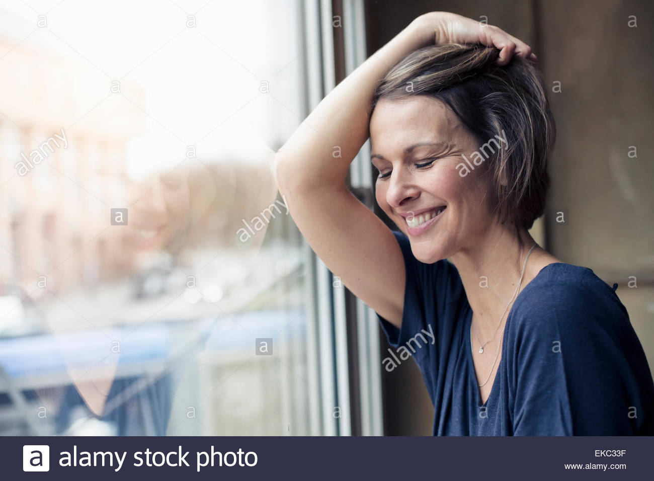 Frau, die bequem zu Hause Stockbild