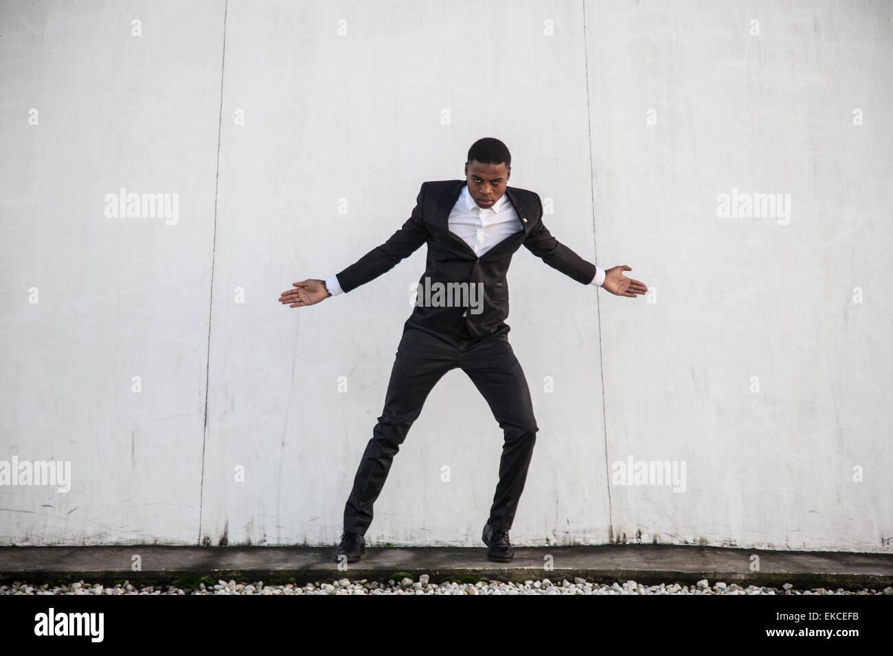 Junger Mann in einem Anzug Straße tanzen Stockbild