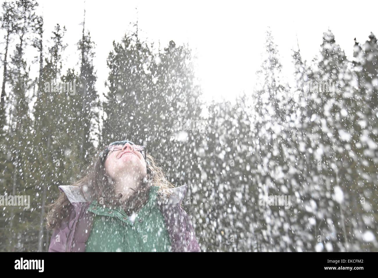 Frau im Schnee warf ihren Kopf zurück und lachen Stockbild