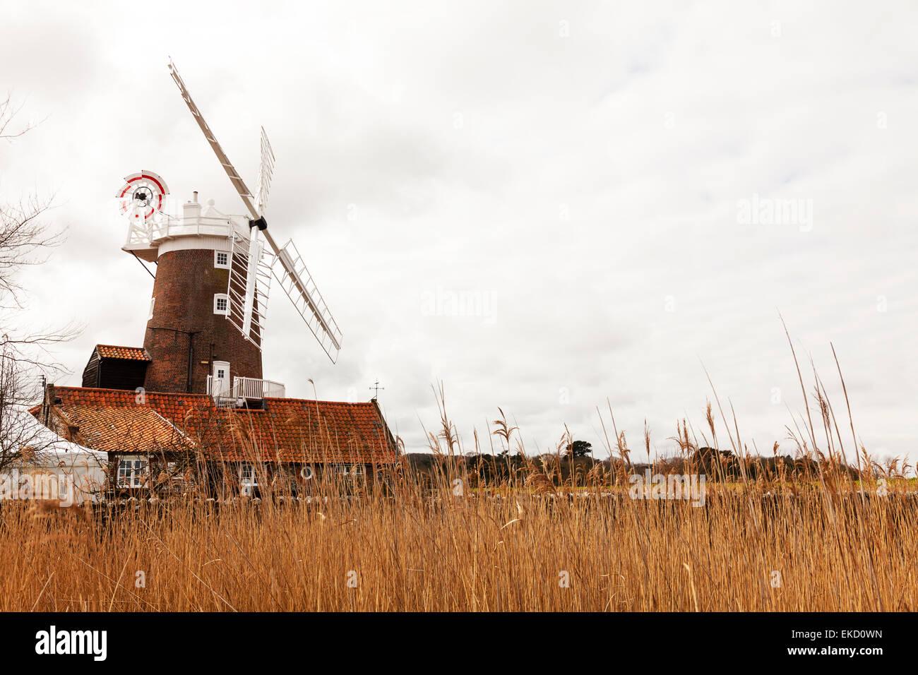 Cley nächstes Meer Windmühle Reed Sümpfe Sumpf Sumpf Land Norfolk UK dramatische Turm Mühle Stockbild