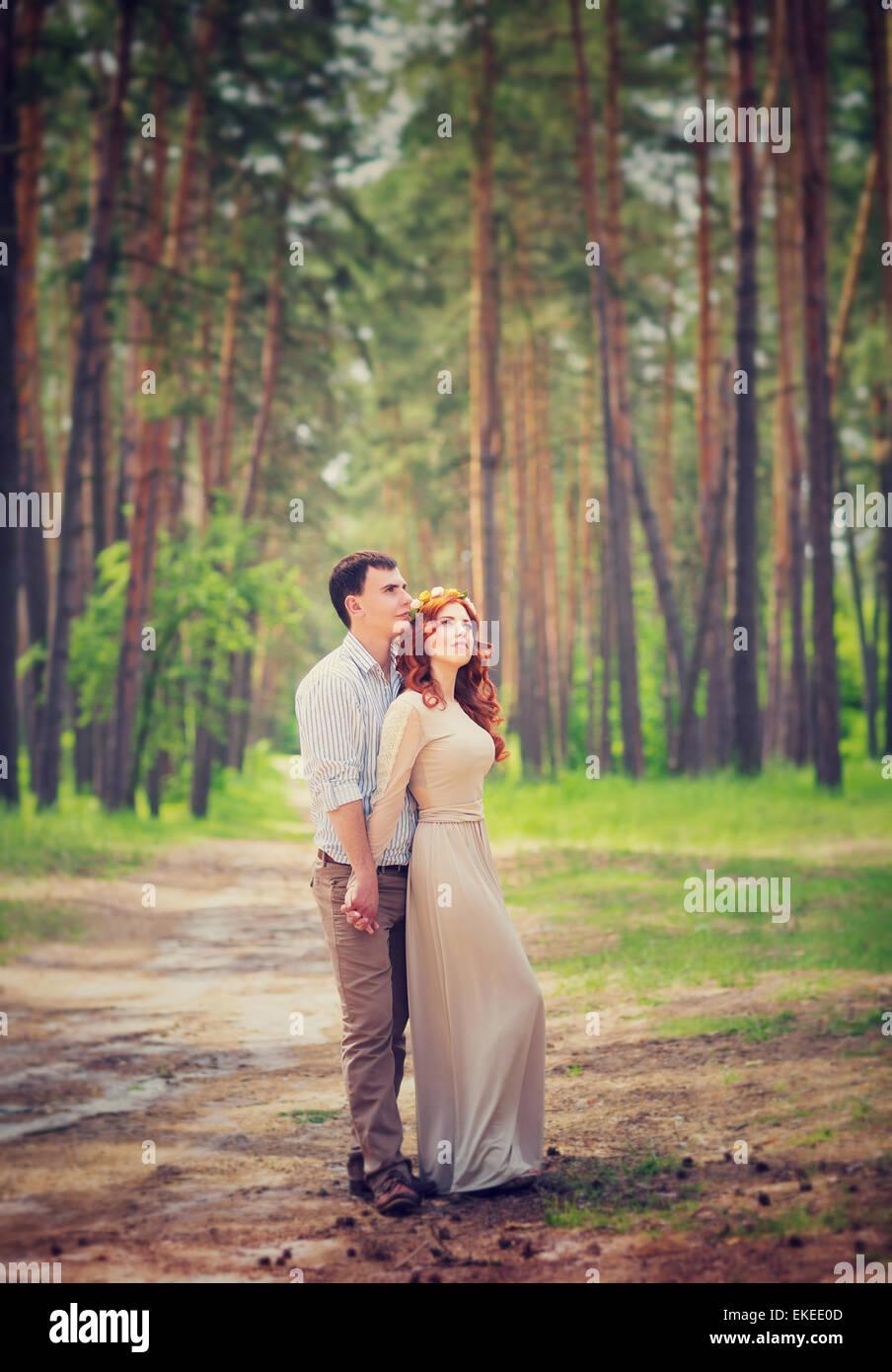 Sanfte paar auf romantisches Date, Tag der Trauung im Wald, zarte Gefühle genießen Frühling Natur Stockbild