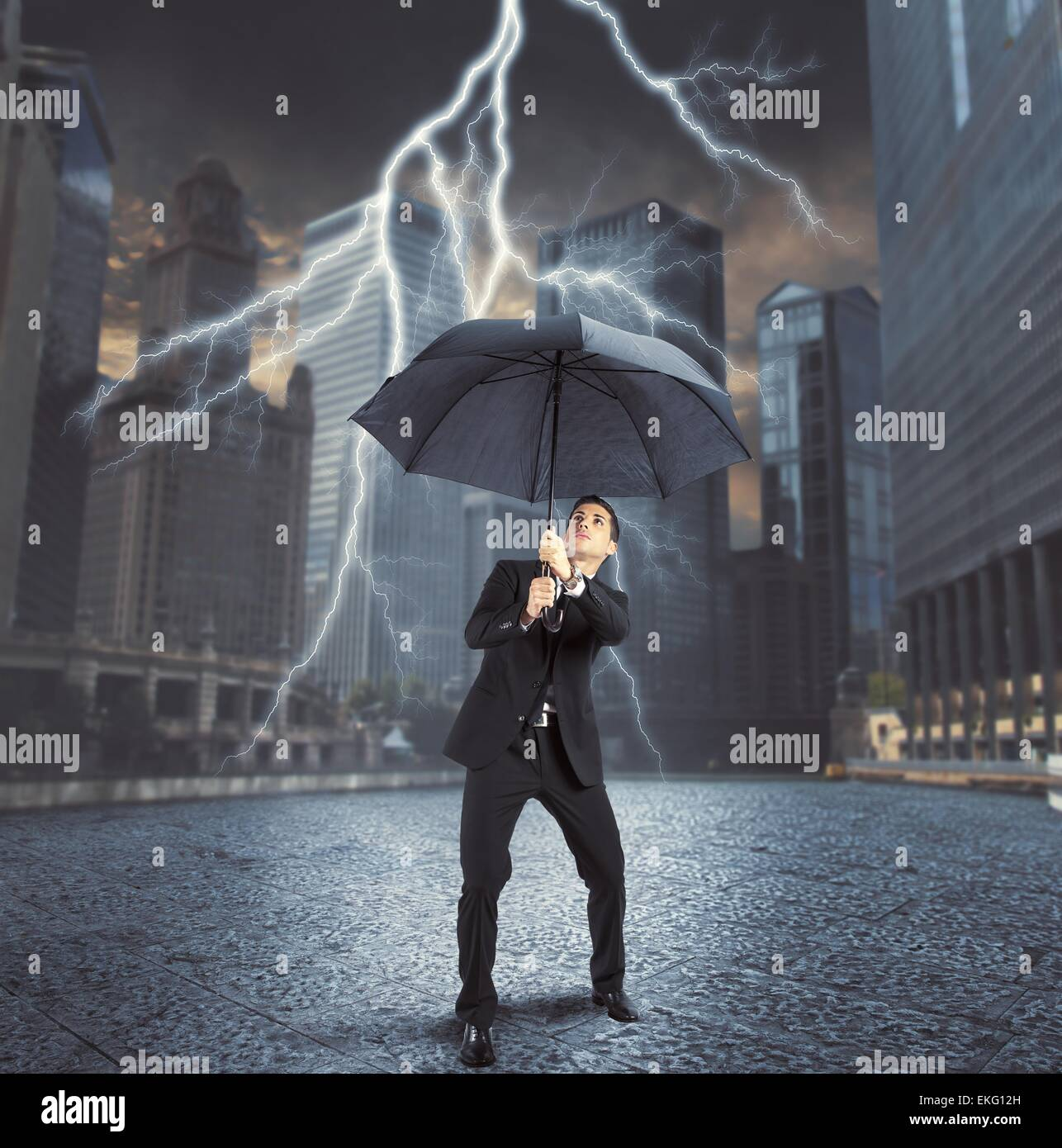 Geschäftsmann gegen Blitzschlag Stockbild