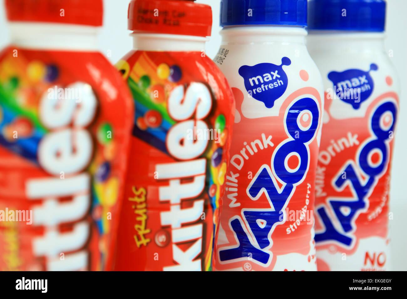 Bunte Obst und Milch Getränke in PET-Flaschen Stockfoto, Bild ...