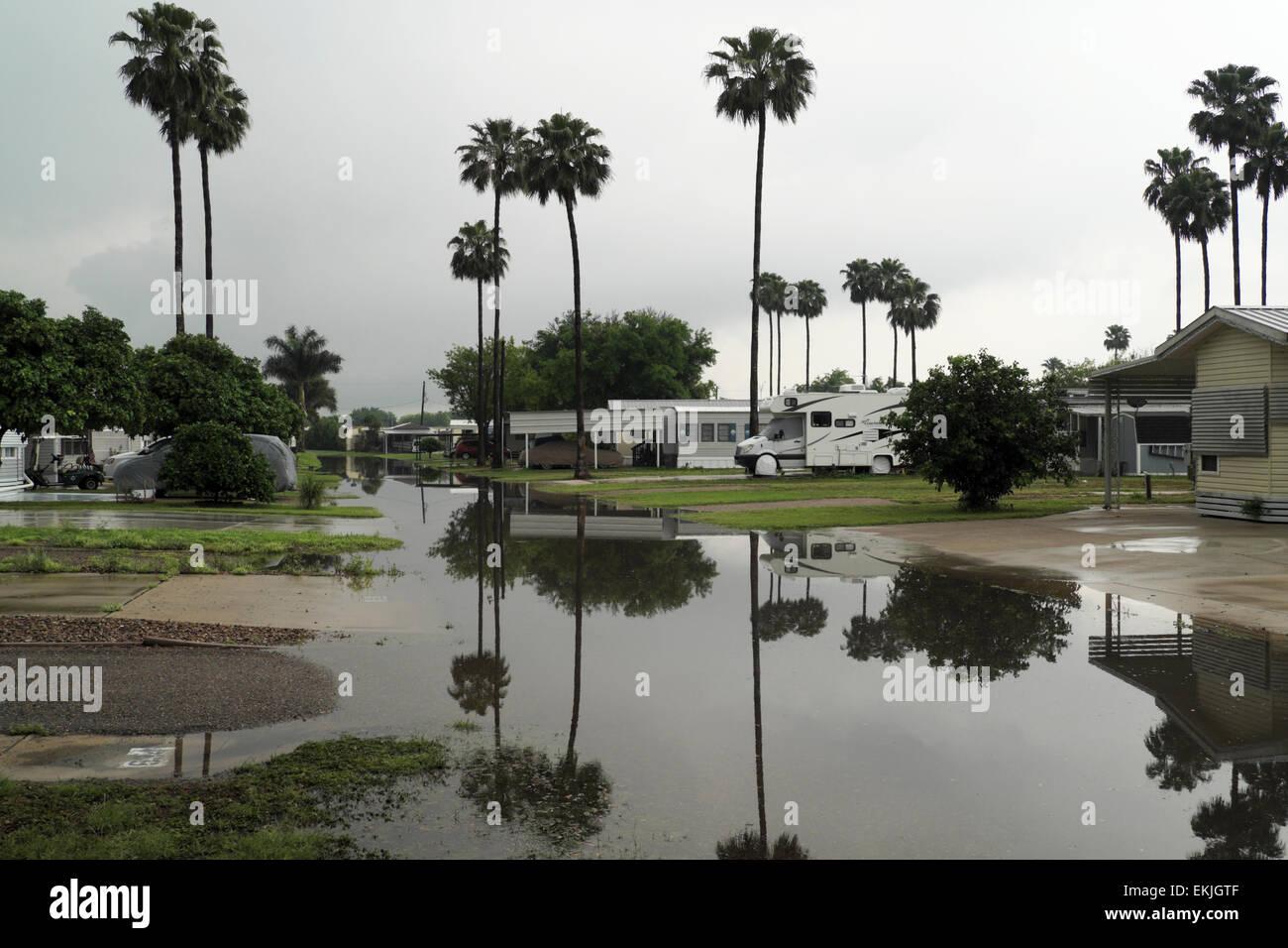 April, die Überschwemmungen in einem Wohnmobil/RV Park in Mission, Texas, USA Stockbild