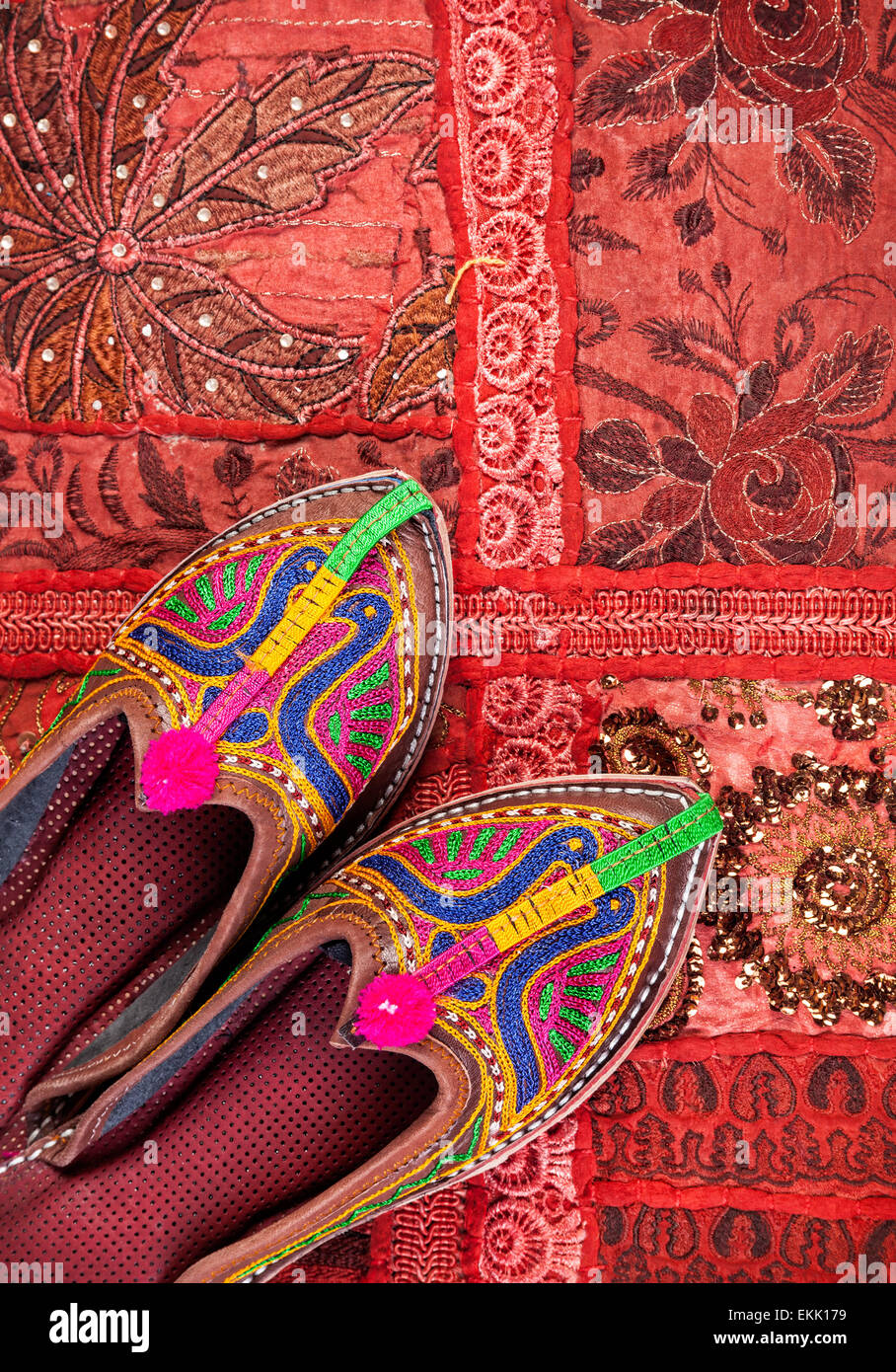 Arabische Hausschuhe auf einem bunten Teppich — Stockfoto