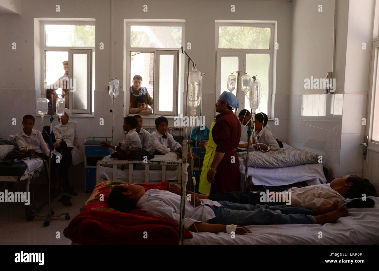Herat, Afghanistan. 11. April 2015. Afghanische Schülerinnen und Schüler erhalten medizinische Behandlung Stockbild