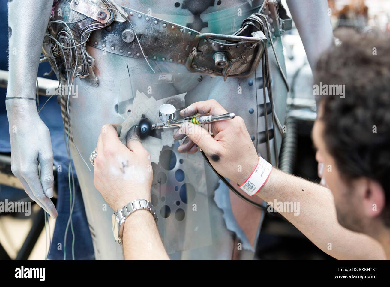 London, UK. 11. April 2015. Makeup Artist verwendet Airbrush Technik eine Bodypainting-Design zu erstellen. Vereinigte Stockbild
