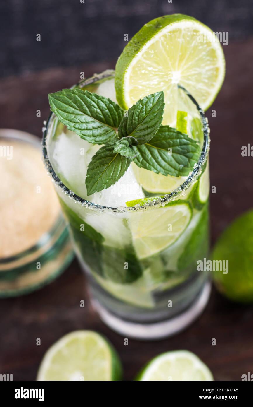 Mojito Limette Drink Cocktail auf Holztisch von oben Stockbild