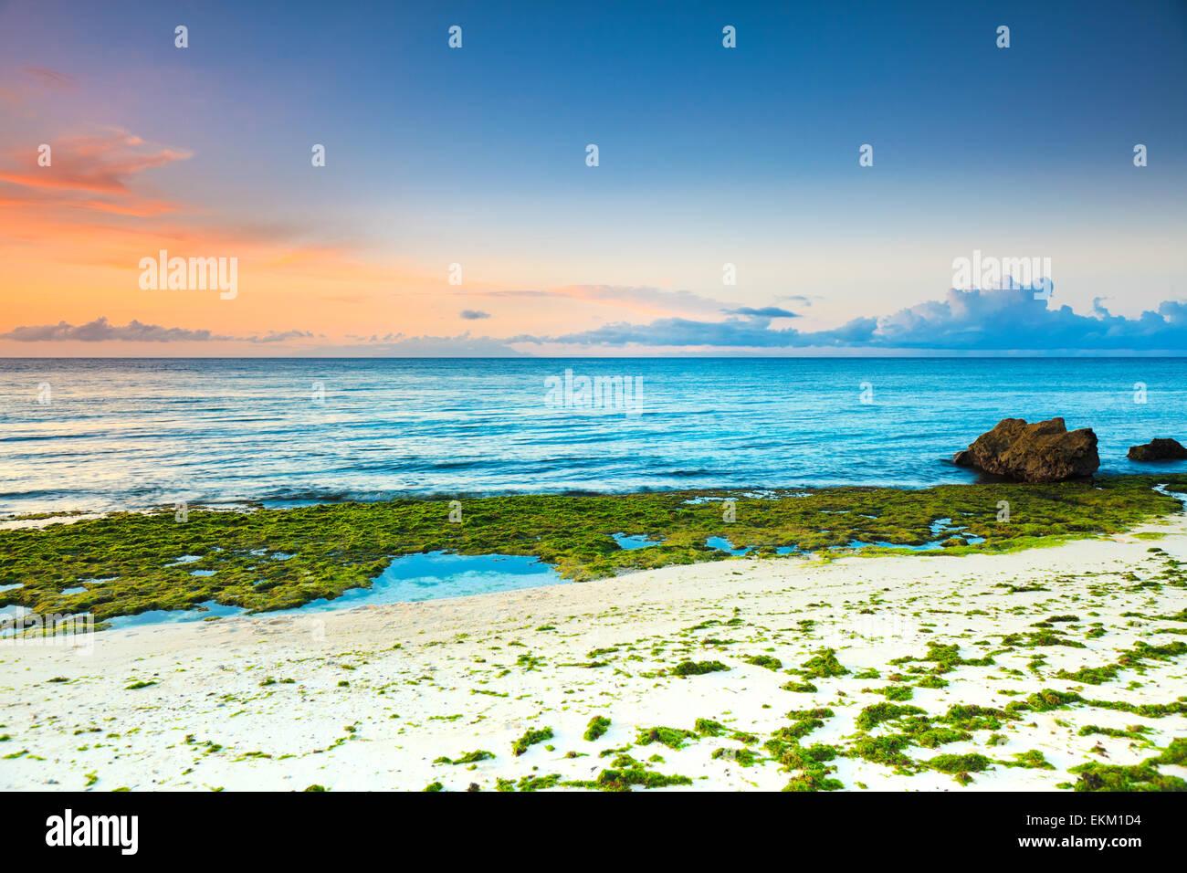 Sonnenaufgang über dem Meer. Stein im Vordergrund Stockbild