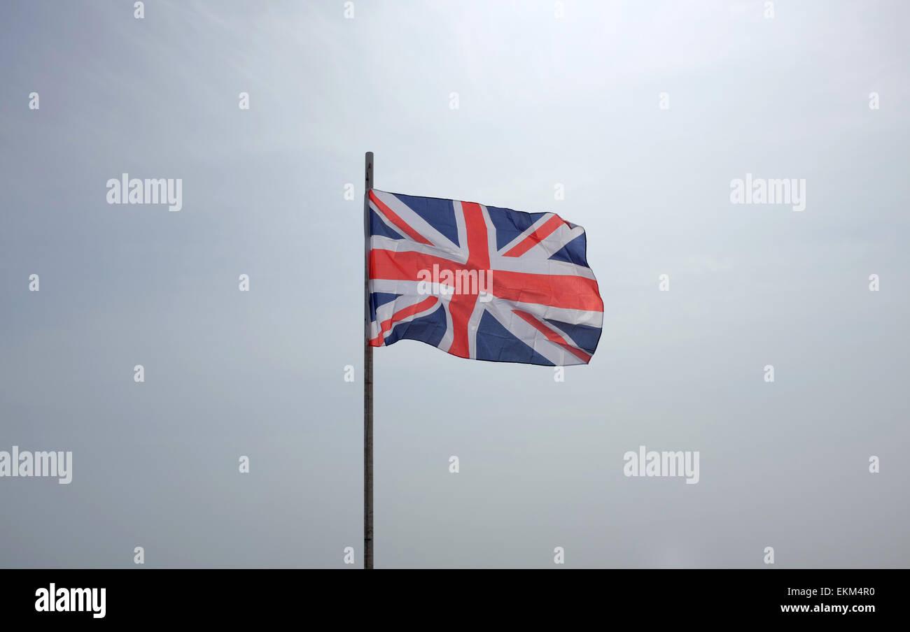 Anschluß-Markierungsfahne fliegen gegen einen weißen Hintergrund Himmel Stockbild