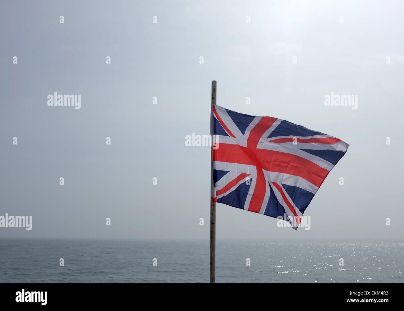 Anschluß-Markierungsfahne fliegen vor dem Hintergrund des Meeres und des Himmels Stockbild
