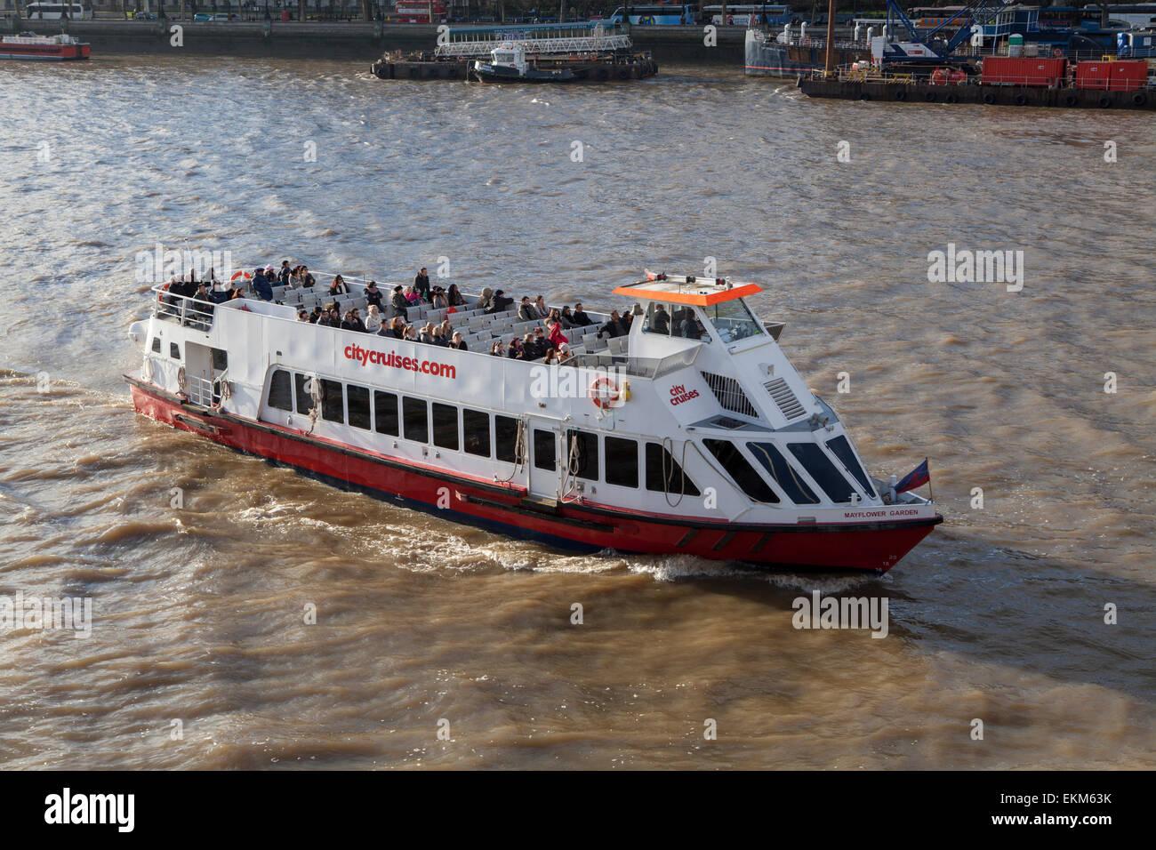 Ein Ausflugsschiff City Cruises auf der Themse in London Stockfoto