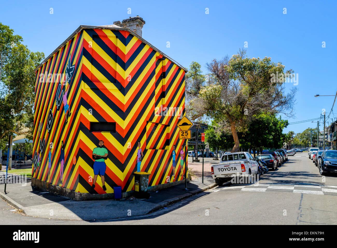 """Ein Haus in sehr bunte, auffallende Kunstwerke verwandelt: """"Welcome to Redfern"""" von Reko Rennie, Caroline Stockbild"""