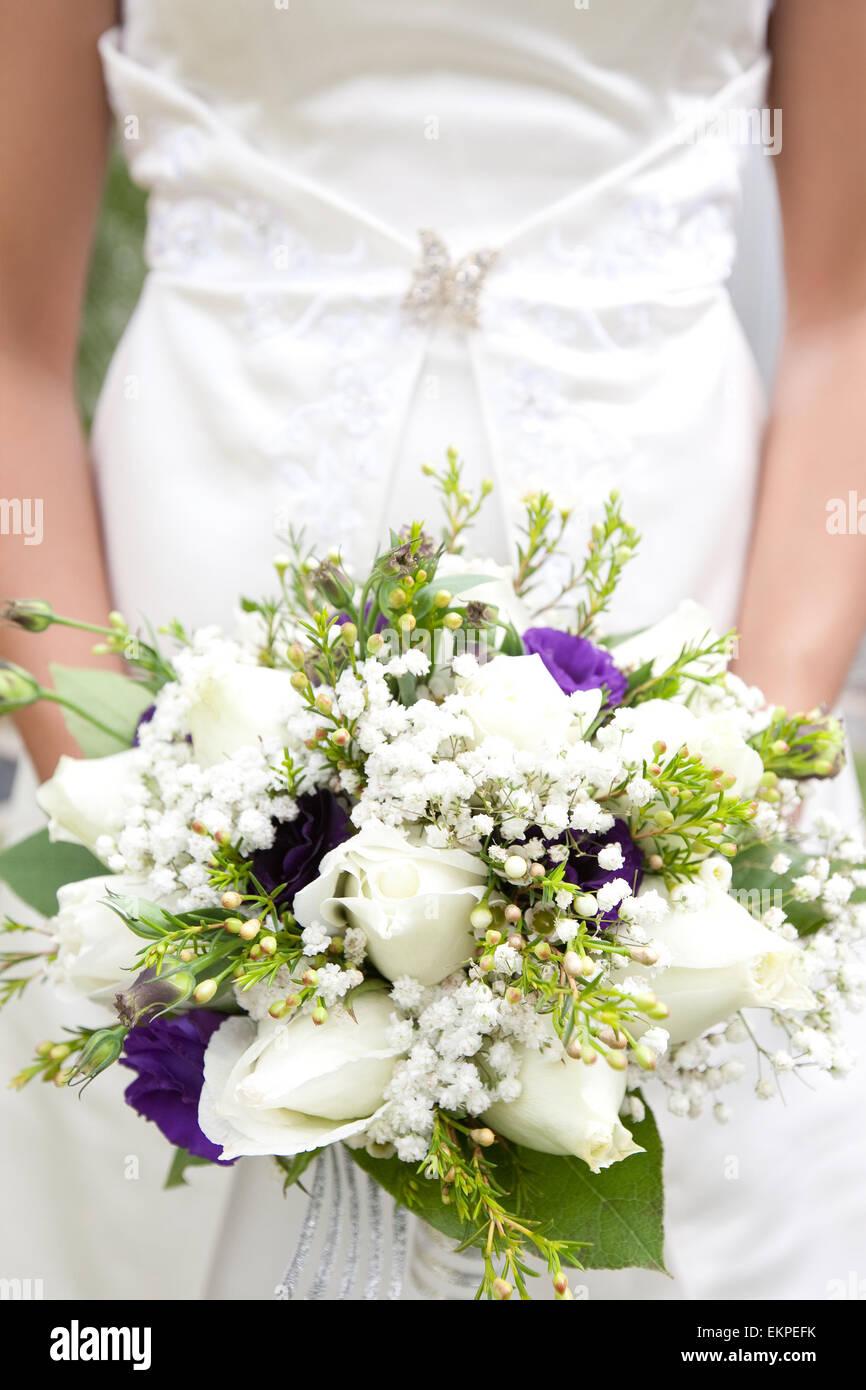 Nahaufnahme Der Brautstrauss Weisse Rosen Schleierkraut Und Lila