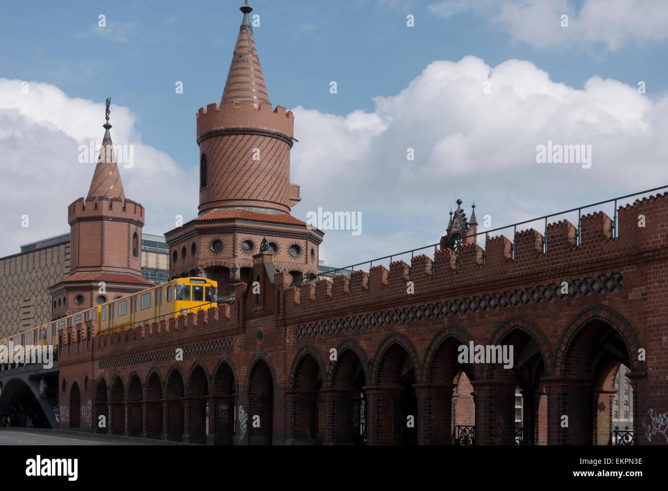 U1-U-Bahn-Zug der Oberbaumbrücke Brücke, Berlin, Deutschland -1 Stockbild