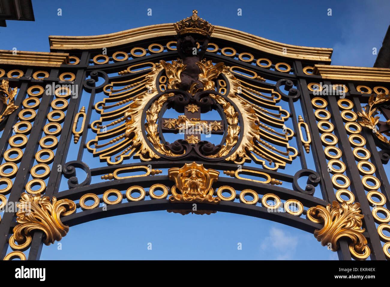 Detail eines Tores aus Gusseisen am Buckingham Palace, London, England. Stockbild