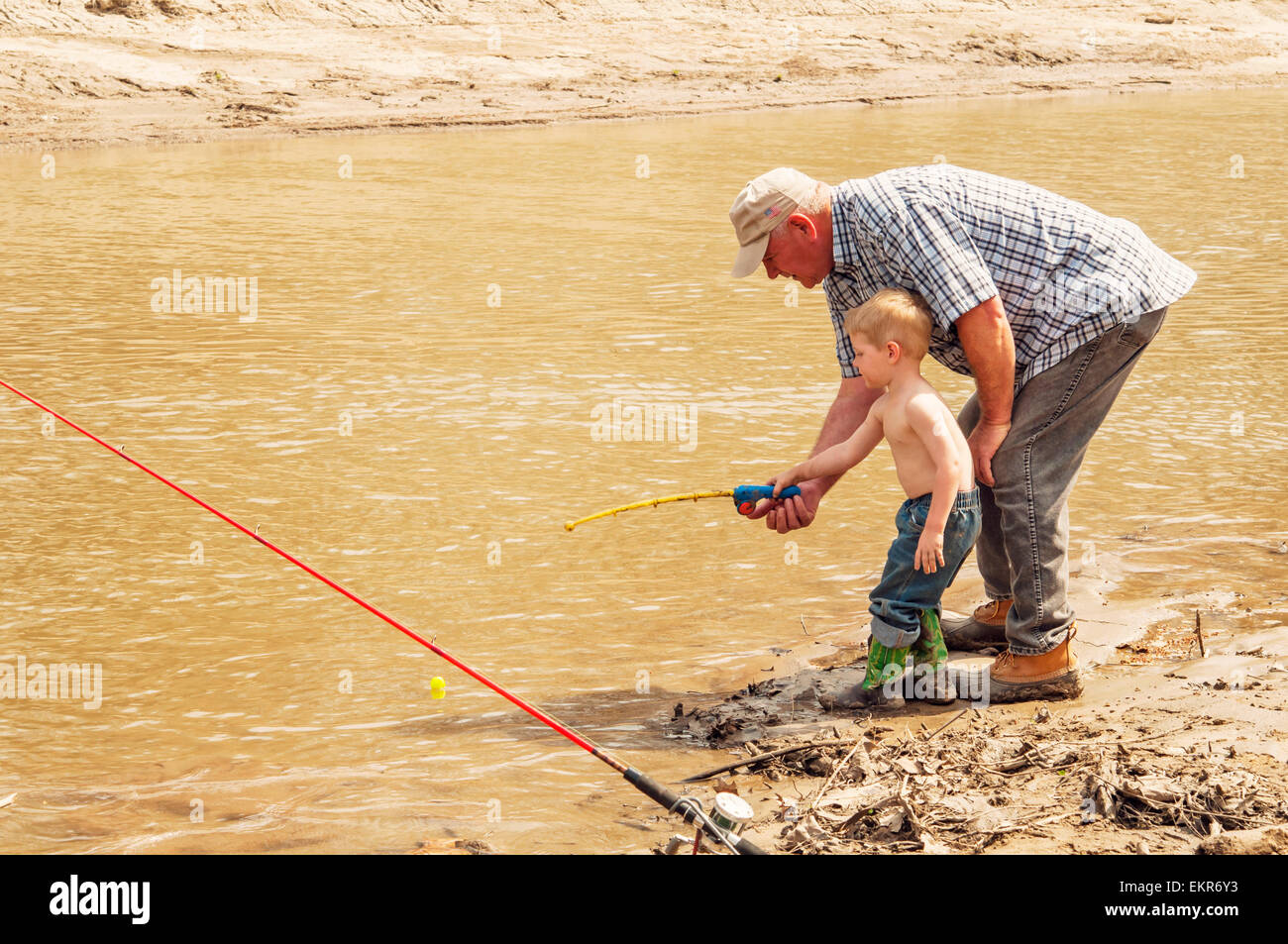 Großvater, Enkel, Fische mit Spielzeug Rute und Rolle Lehre Stockbild