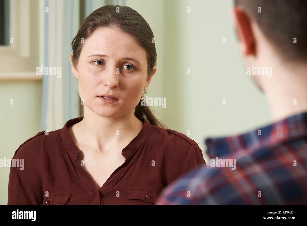 Depressive junge Frau im Gespräch mit Berater Stockbild