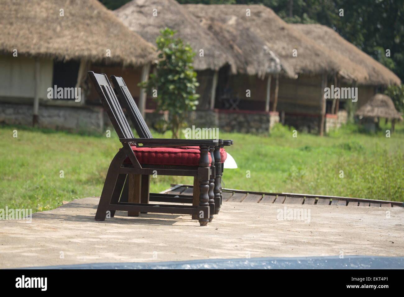 Zwei Swimming Pool Lounge Stühle mit Hütten Stockfoto, Bild ...