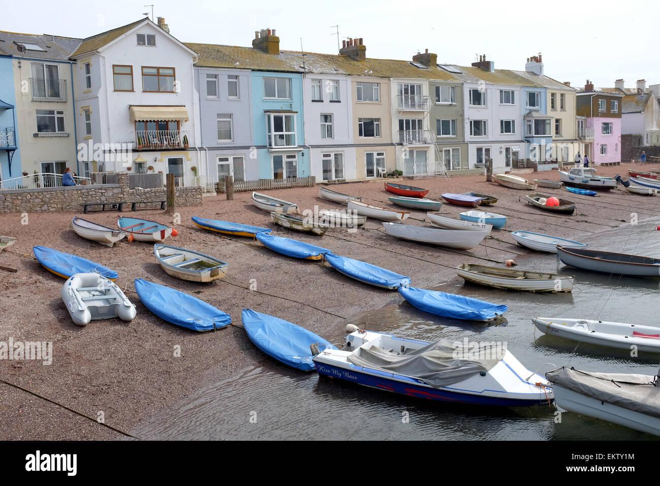 Boote gegen farbige Häuser in Teighmouth Devon Stockbild