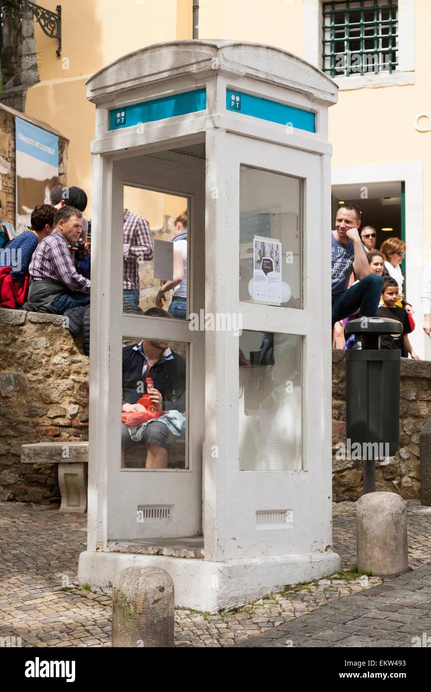 """Seltene, alte und Vintage """"K3"""" Telefon Box Boxen Kiosk Telefonzelle K 3 in in der Nähe der Burg in Lissabon. Portugal. Stockfoto"""