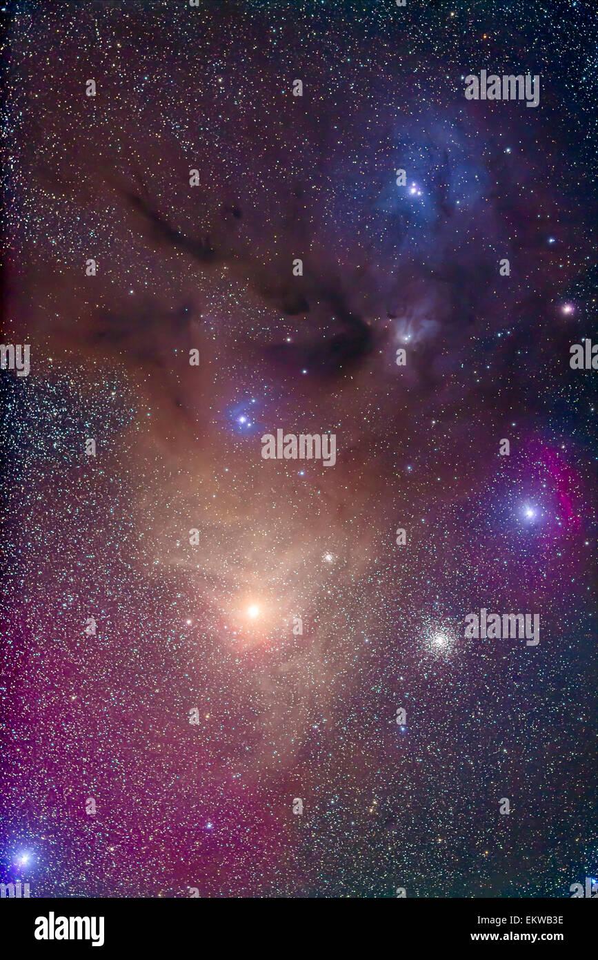 Die farbenfrohe Region um gelbe Antares (unten) in Scorpius und blauen Rho Ophiuchi (oben) in Ophiuchus. Der Nebel Stockbild