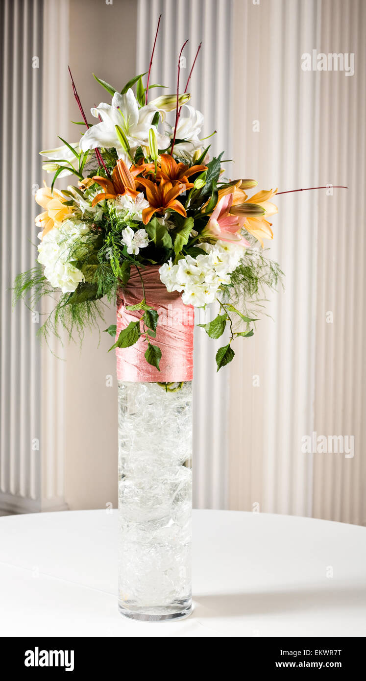 Eine Vase Mit Blumen Auf Dem Tisch Fur Eine Hochzeit Stockfoto Bild