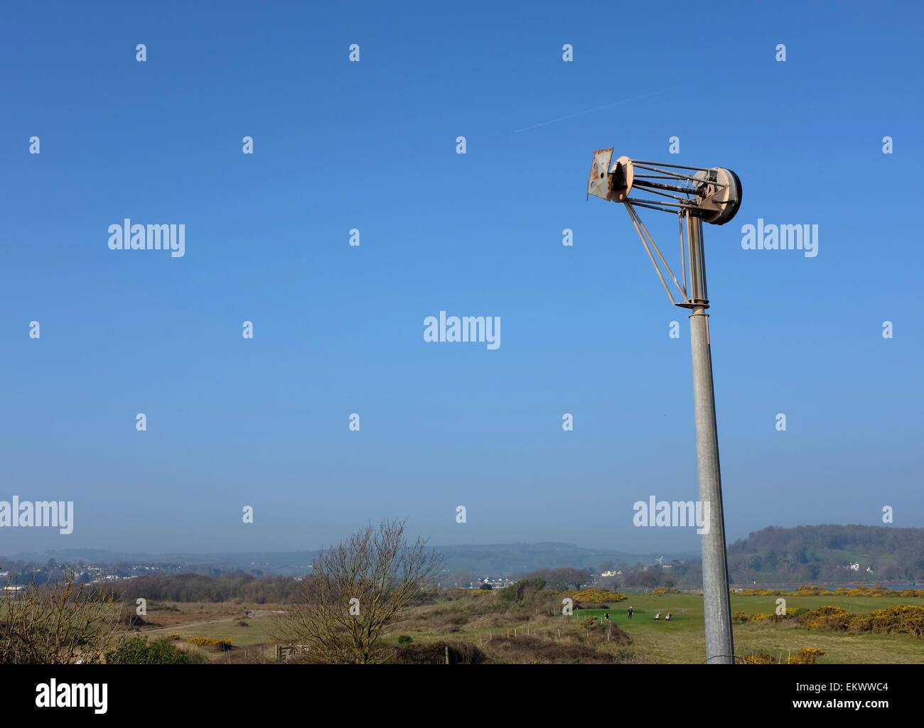 Überreste einer Windkraftanlage beschädigt durch Küstenwinde und Wetter vor blauem Himmel Stockbild