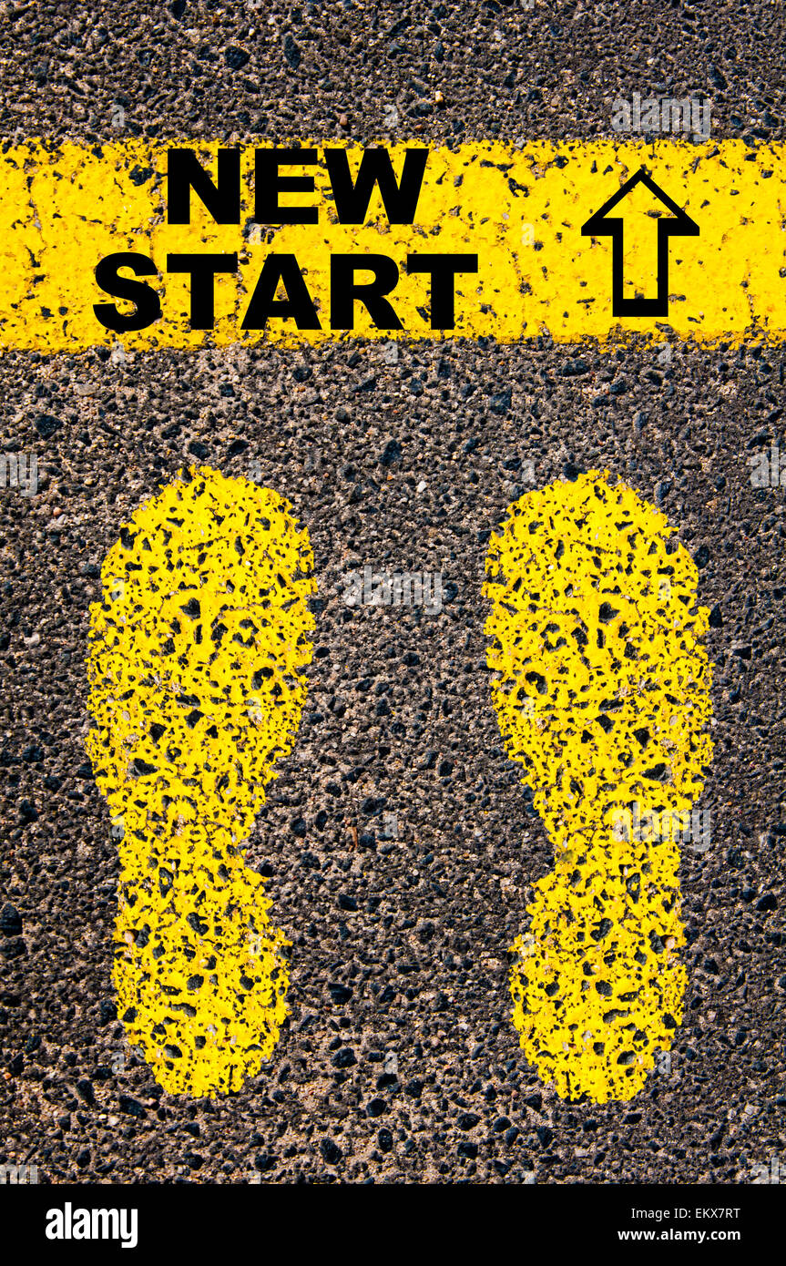 Neue Start-Nachricht. Konzeptbild mit gelber Farbe Spuren auf der Straße vor horizontale Linie über Asphalt Stockbild